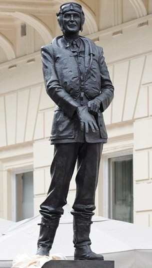 A picture of a statue of Keith Park, in flight gear